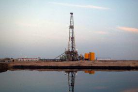 Mesin bor Kuwait Oil Co. yang beroperasi di perbatasan antara Irak dan Kuwait