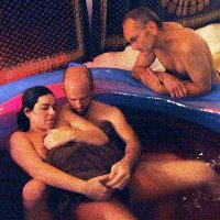 Wahh...Wanita Ini Melahirkan di Air dengan Ditemani 2 Orang Pria Pasangannya