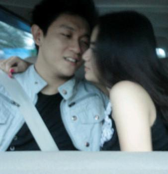Foto Ivan Cium Bibir Wanita Lain di Mobil