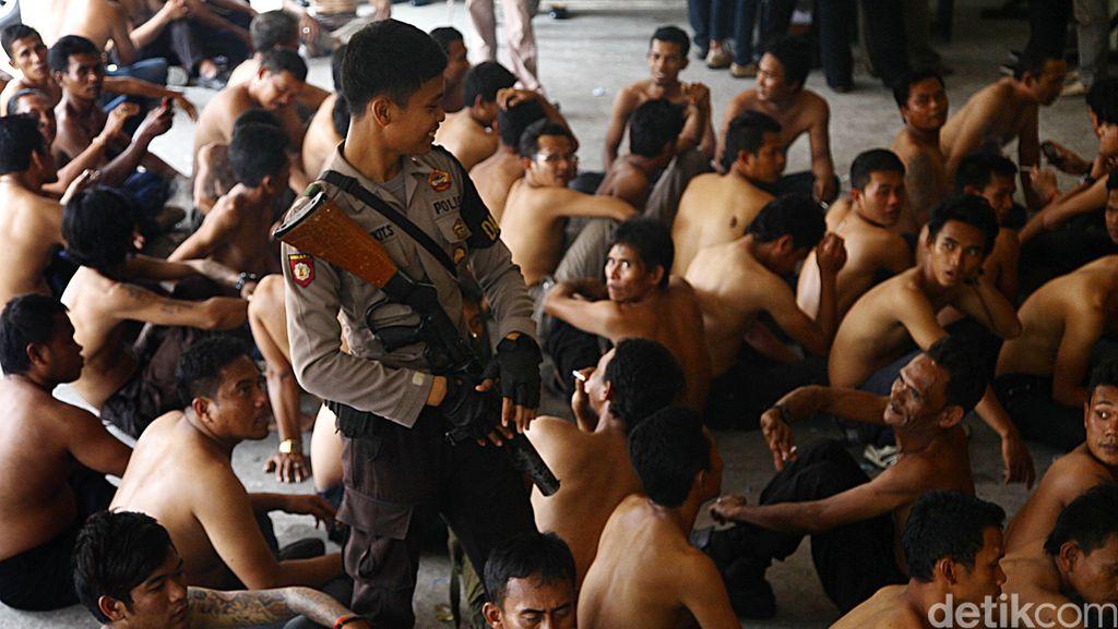 Polres Jakbar Bekuk 129 Pemuda dan Sita 15 Dus Miras