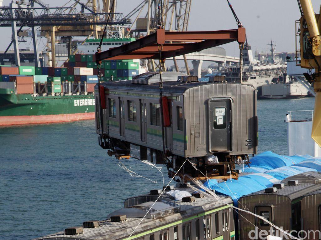 30 Unit KRL dari Jepang Tiba Di Pelabuhan Tanjung Priok