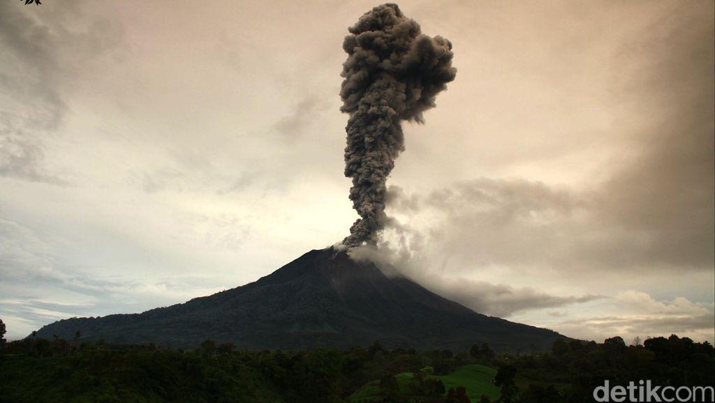 Hingga 2014, Kerugian Akibat Erupsi Gunung Sinabung Capai Rp 1,49 T