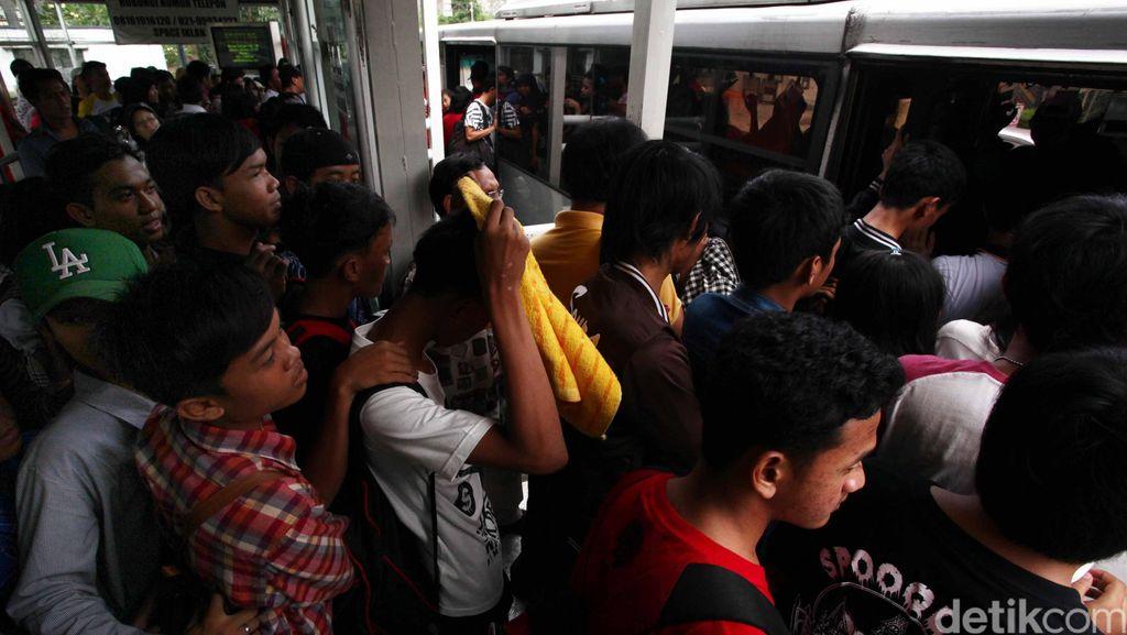 Efek Ganjil Genap, Penumpang Bus TransJ Bertambah Tapi Armada Bus Tidak