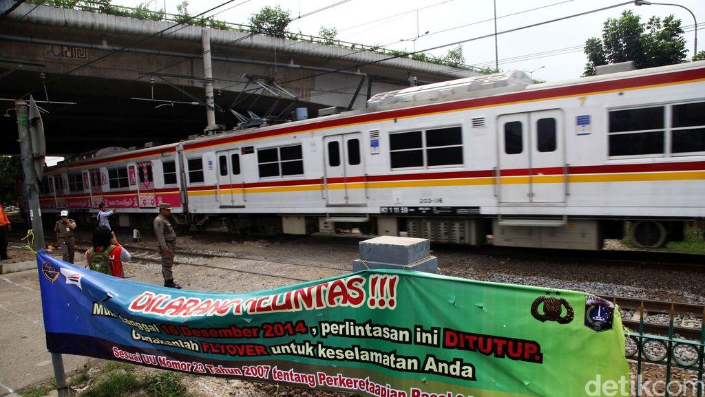 Diduga Bunuh Diri, Seorang Pria Tewas Tertabrak Kereta di Tanjung Barat