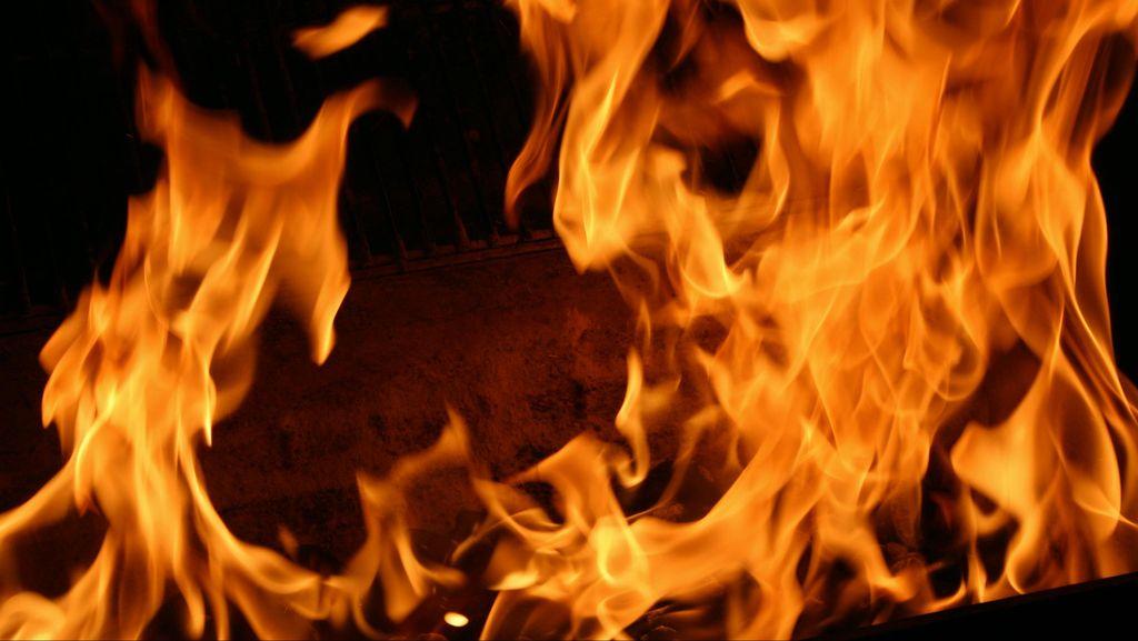 Gara-gara Korsleting Aki, Honda Accord Terbakar di Depan Arion Mall