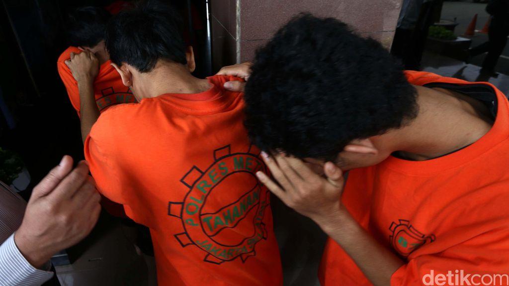 Polisi Tangkap Dua Pencuri Motor yang Tengah Beraksi di Mampang