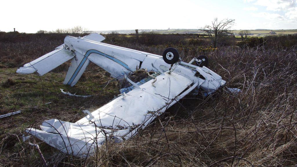 Jet Phenom 300 Jatuh Menimpa Mobil di Inggris, 4 Orang Tewas