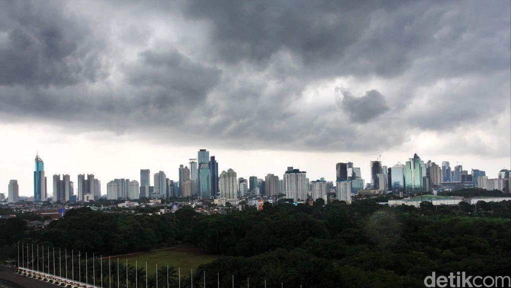 Hujan Lebat Disertai Petir Diprediksi Guyur Jakarta Hingga Malam
