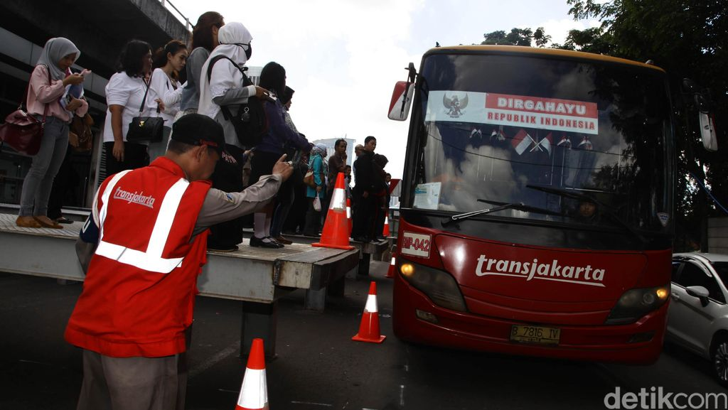 Bus TranJ Mogok di Tamini Square, Lalin Macet Sepanjang 1 Kilometer