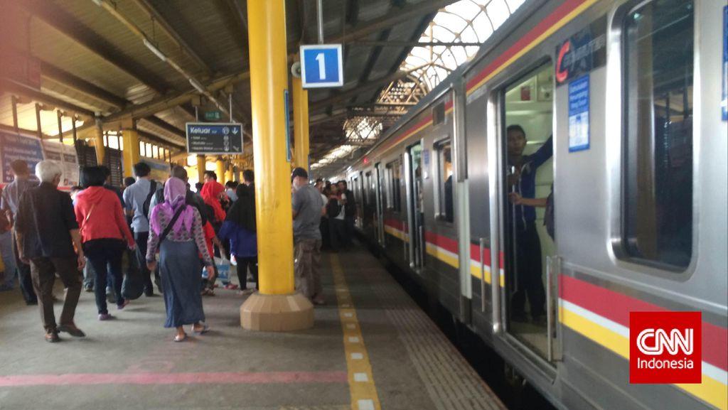 Rawan Dilempar Batu, Kaca Commuter Line Akan Diganti Akrilik