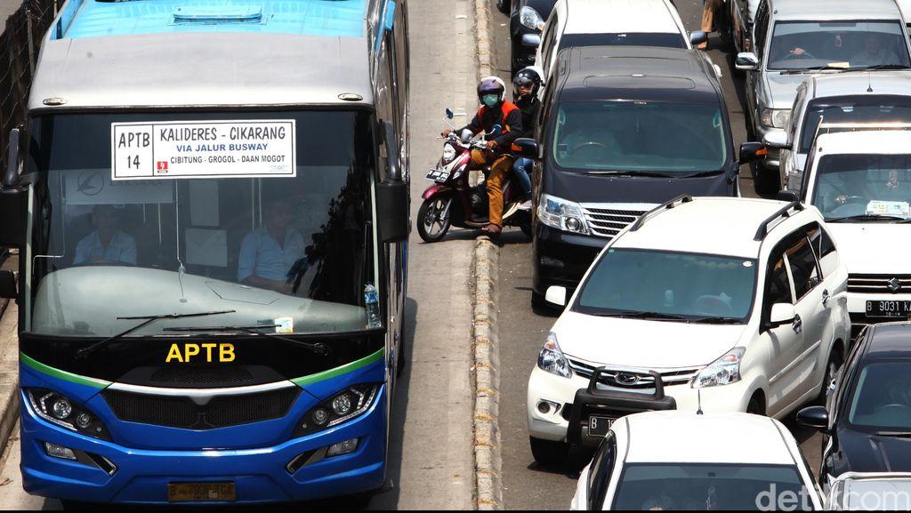 Jalur TransJakarta yang Tak Pernah Sepenuhnya Steril