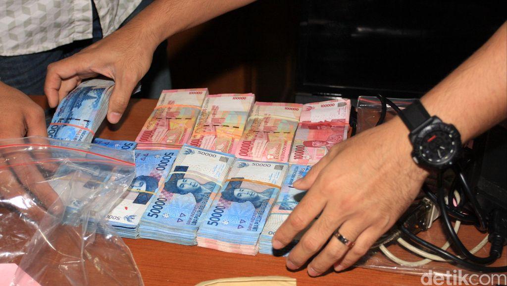 Komplotan Bersenjata Api Todong Nasabah Bank, Rp 145 Juta Dibawa Lari