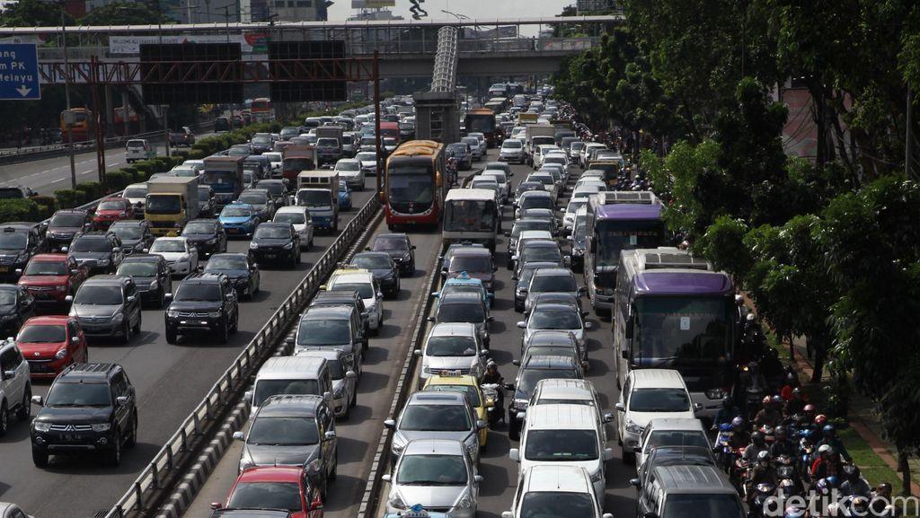 Hari Pertama Masuk Sekolah, Lalin di Jakarta Mulai Padat