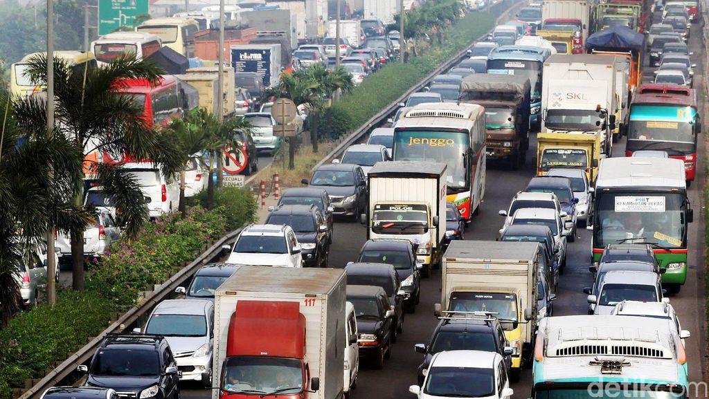 Truk Dievakuasi, Tol JORR dari Jatiasih Arah Pondok Indah Mengular 4 Km