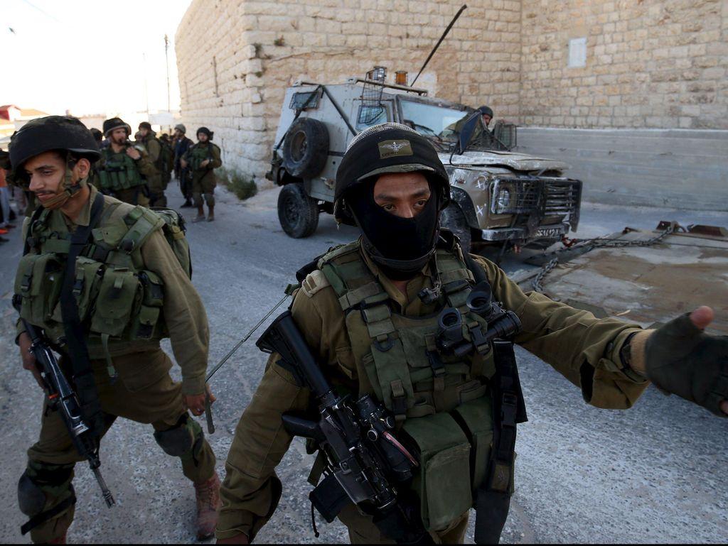 Wanita Palestina Tikam Tentara Israel