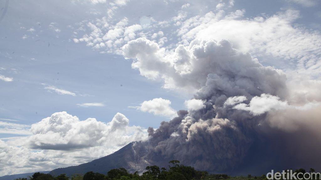 Jokowi: Erupsi Sinabung Berlangsung 5 Tahun, Butuh Penanganan Pola Baru