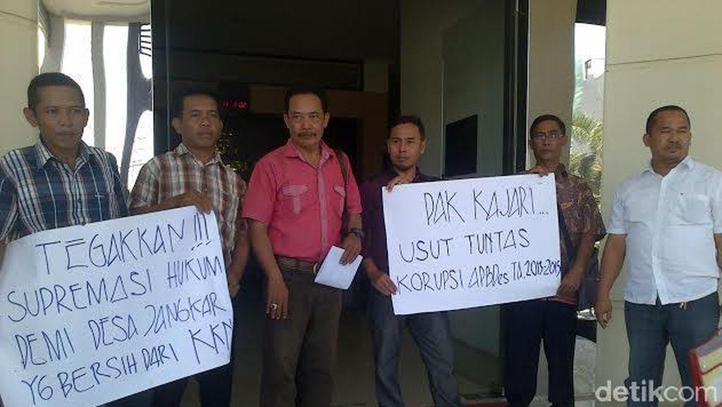 Laporkan Korupsi Kades, Warga Geruduk Kantor Kejaksaan Situbondo