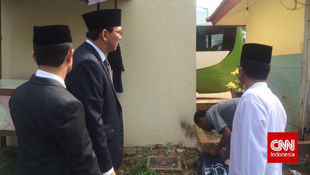 Ahok Marah Lihat Makam di TPU Karet Bivak Tertumpuk Sampah