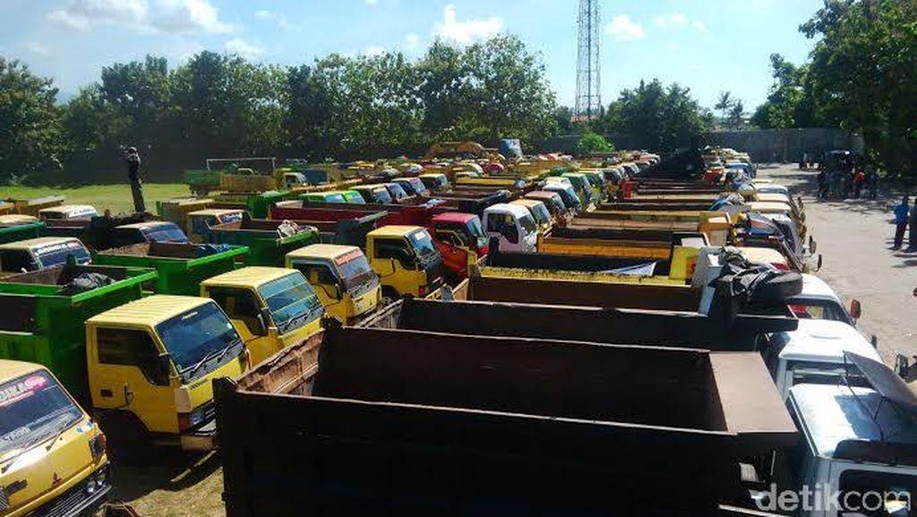 Dilarang Beroperasi, 1.000 Sopir Truk Material di Banyuwangi Demo