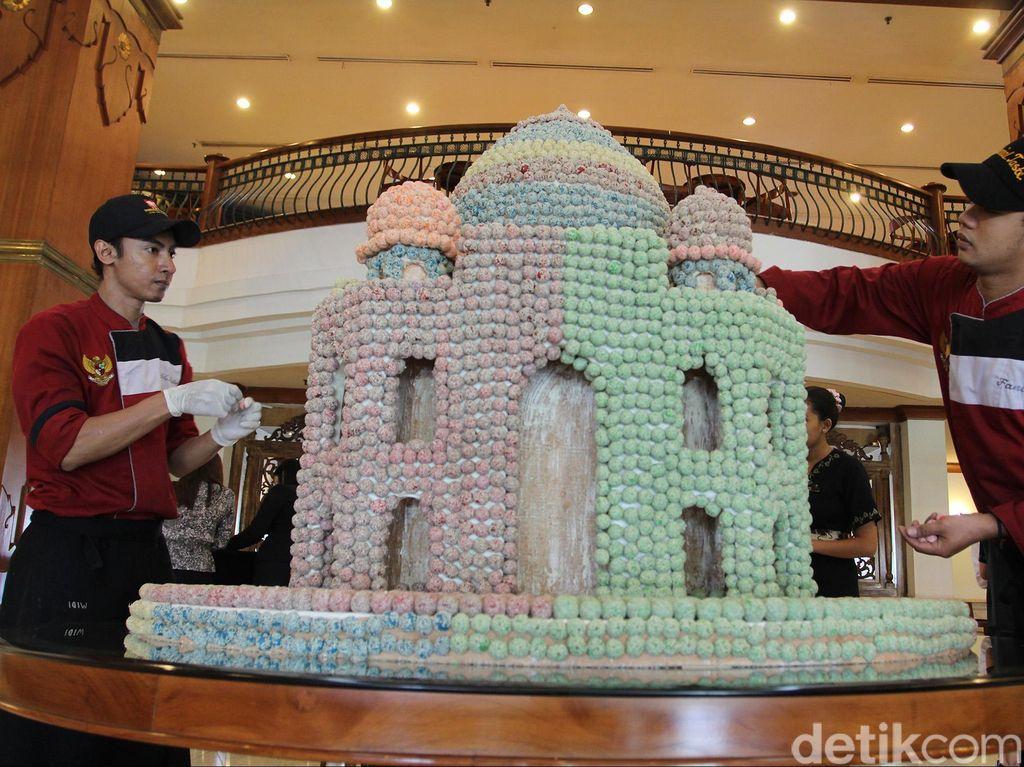 Miniatur Masjid dari Onde-onde ini Pikat Pengunjung Hotel