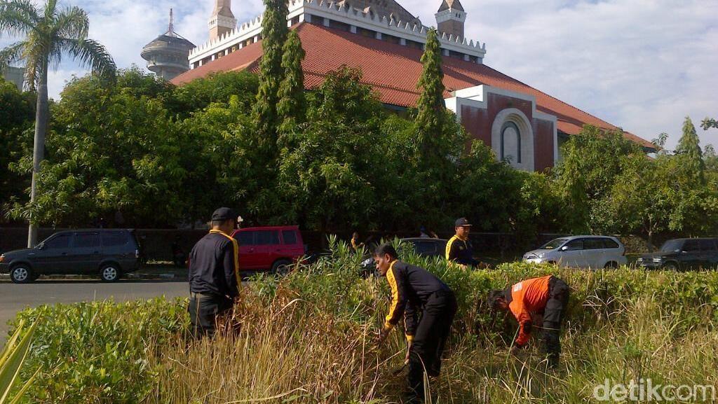 Ratusan Polisi Bantu Bersihkan Masjid Agung Jawa Tengah