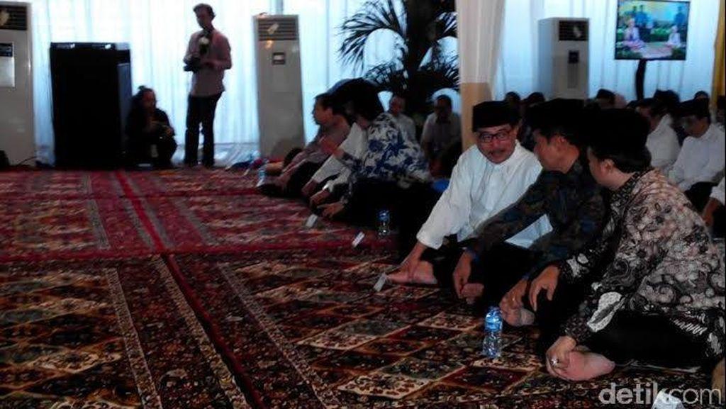 Buka Bersama NasDem, Wapres JK Duduk Bersila di Samping Surya Paloh