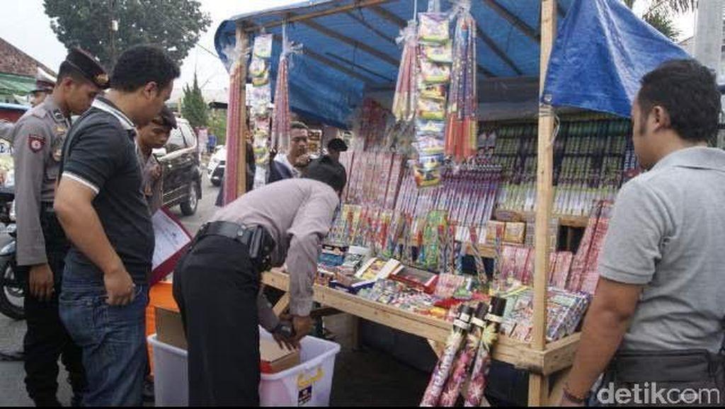 Polisi Masuk ke Pasar di Lebak, Sita Petasan dari para Pedagang