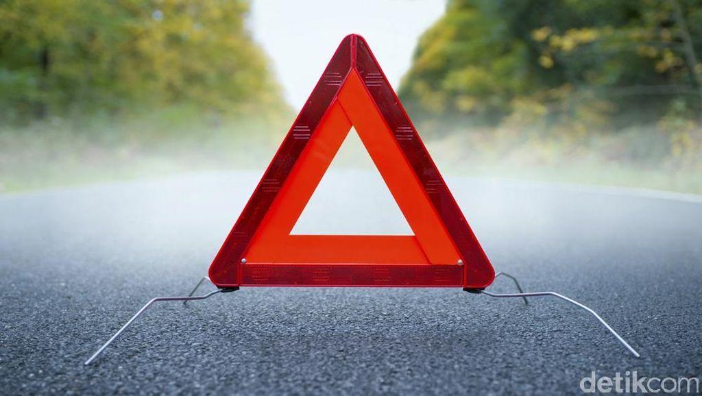 Dua Mobil Kecelakaan di Tol Angke, Tabrak Pembatas Jalan