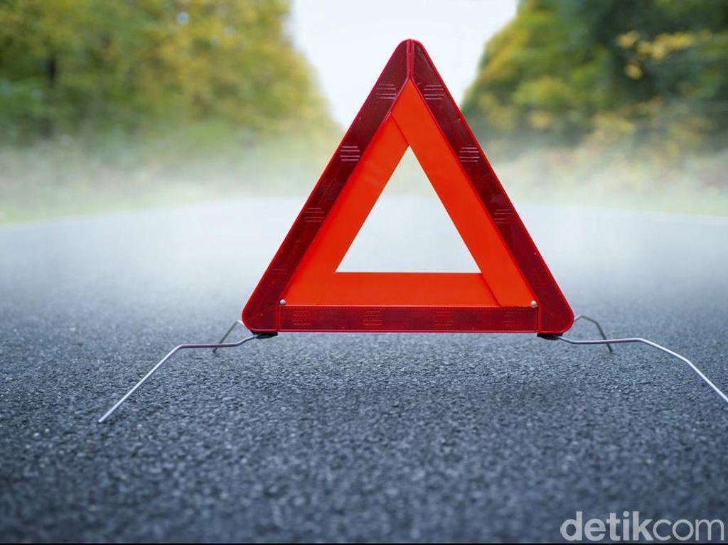 Honda Jazz Tabrak Pembatas Jalan Tol Arah Bandara