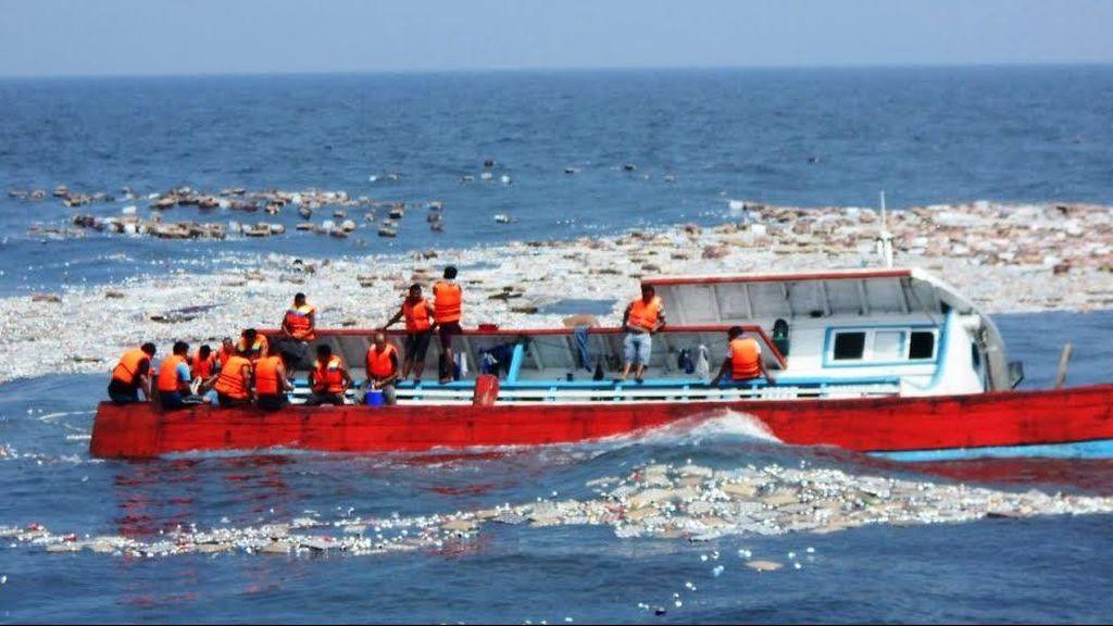 Prajurit TNI AL Selamatkan Korban Kapal Tenggelam di Selat Malaka