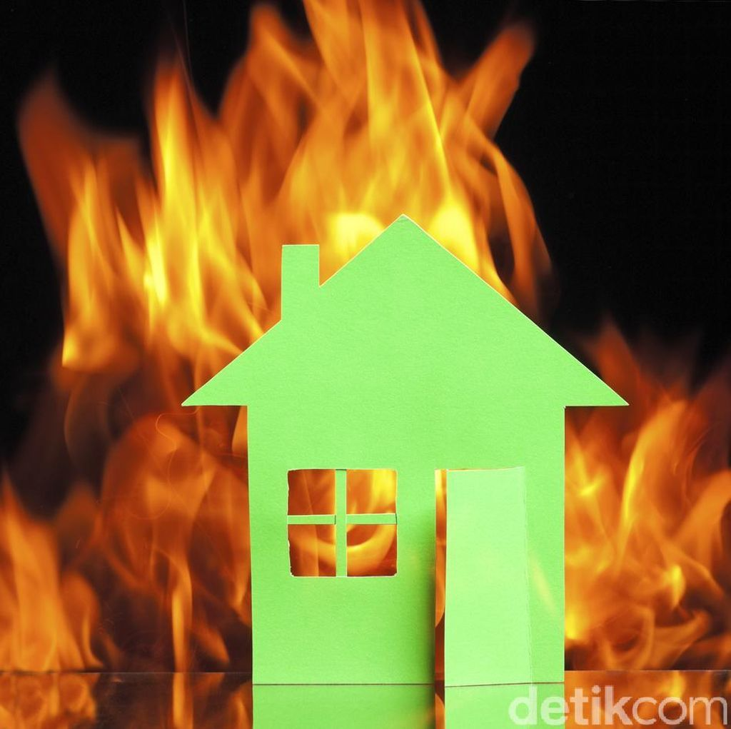 Api yang Membakar Kantor Polres Jakbar Sudah Padam