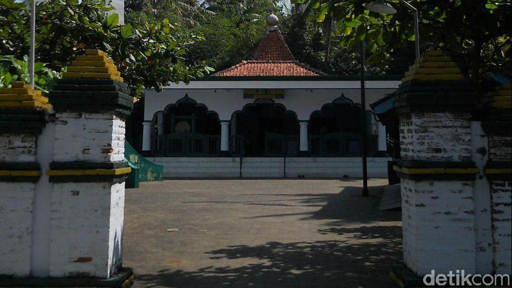 Kisah Batu Hitam dan Lumpur di Masjid Berumur 400 Tahun di Purworejo