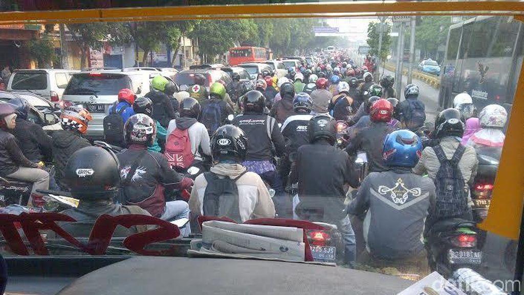 Duh! Setiap Pagi Para Pemotor Antre Menunggu Palang Pintu Busway Dibuka