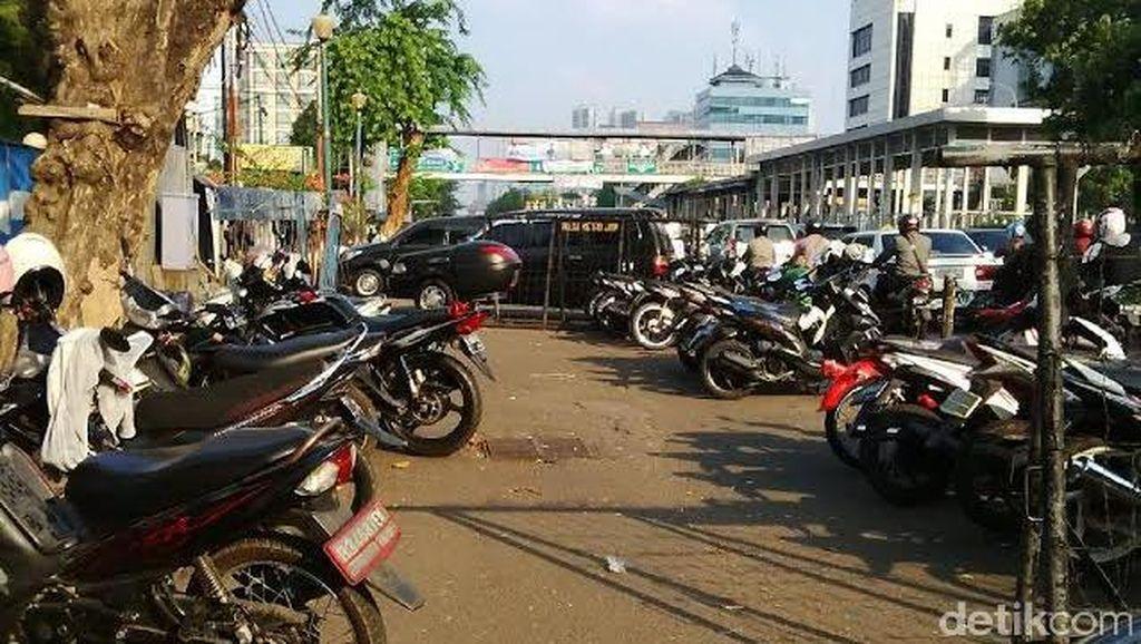 Lahan Terbatas, Polres Jakpus Terpaksa Pakai Jalan Kramat Raya untuk Parkir