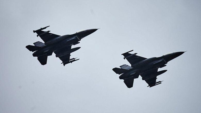 Pesawat F-16 Tabrakan dengan Pesawat Kecil di AS