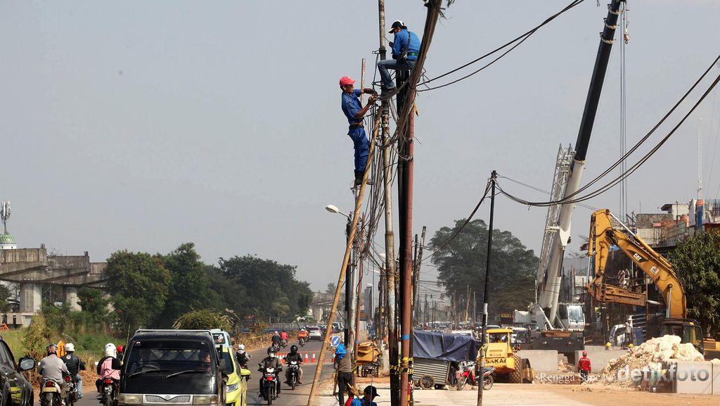 Jalan Kalimalang Dilebarkan, Tiang Listrik Mulai Dipindahkan Petugas