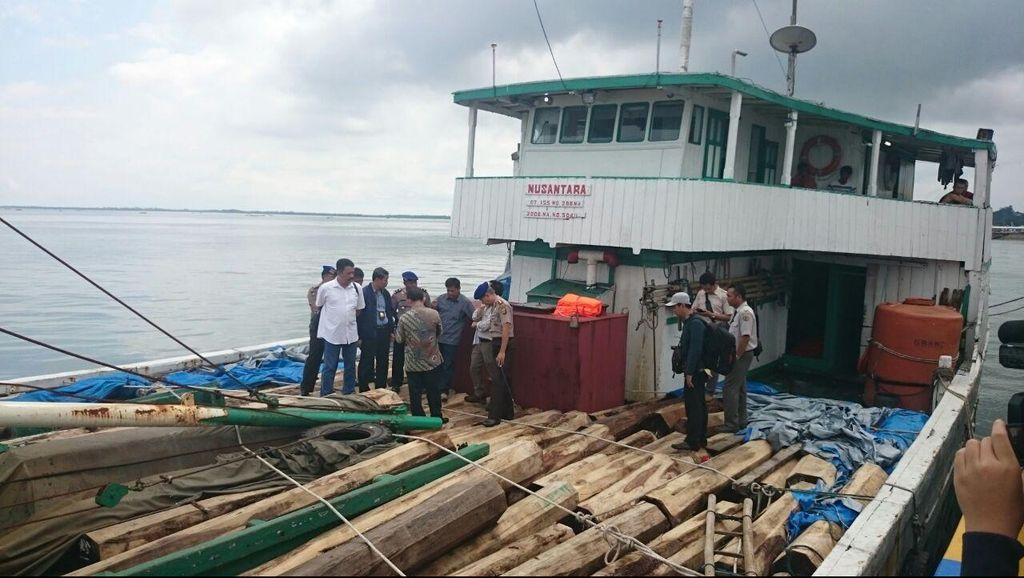 Mabes Polri dan Kemen LHK Tinjau Kapal Pengangkut Ilegal Logging di Kaltim