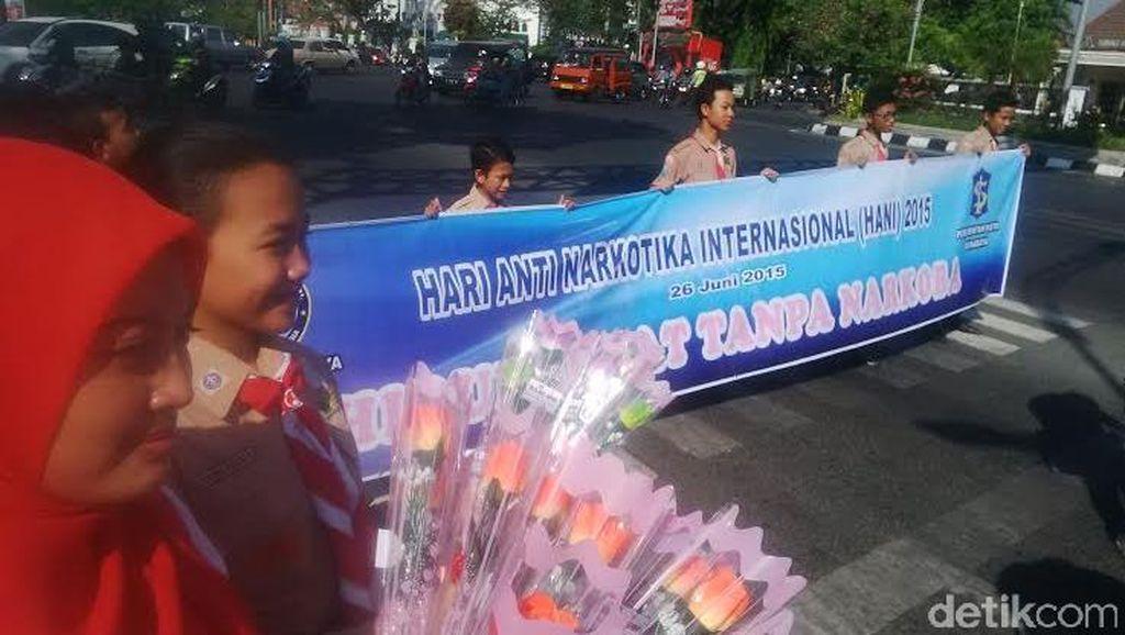 Peringati Hari Anti Narkoba Internasional, BNNK Surabaya Bagi-bagi Bunga