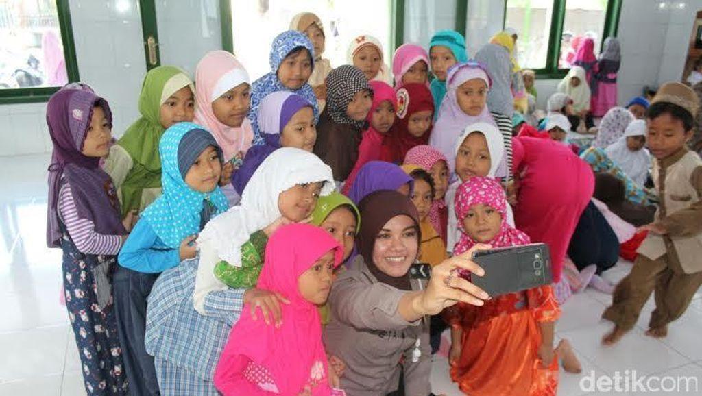 Polwan Hijaber Ini Mengajar Anak-anak Mengaji Selama Ramadan