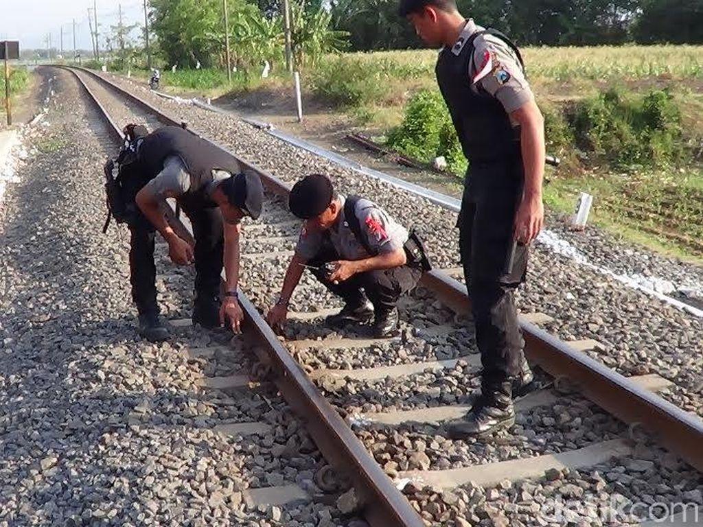 Periksa Lintasan KA di Probolinggo, Polisi Temukan Baut Rel Hilang