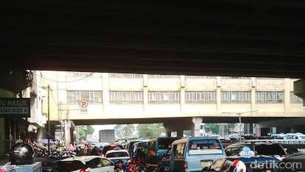 Mobil dan Motor Parkir Sembarangan, Pasar Tanah Abang Macet Parah