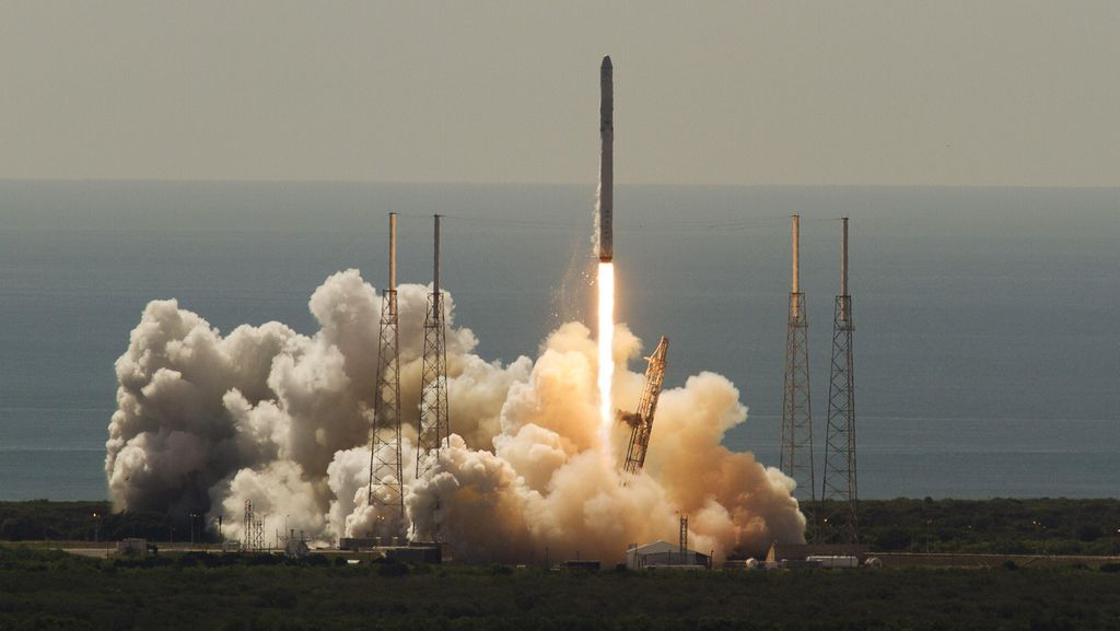 Roket SpaceX yang Meledak Bawa 2 Ton Suplai untuk Awak Antariksa