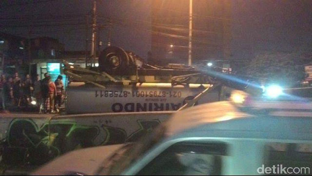 Mobil Tanki Air Terbalik di Jl Dewi Sartika, Arus Lalu Lintas Tersendat