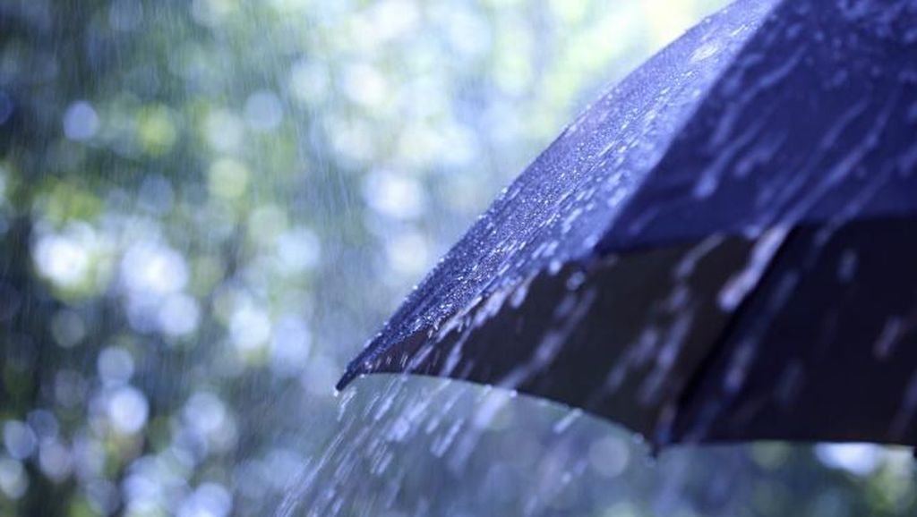 Waspada, Hujan Disertai Angin Diprediksi Terjadi Selama Long Weekend