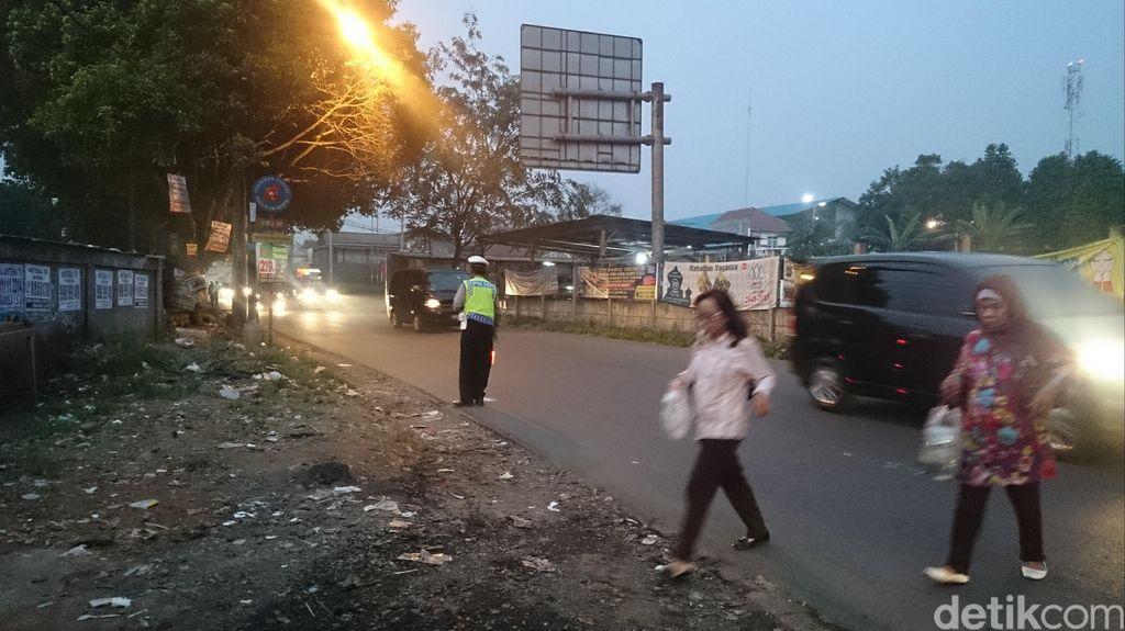Di Jati Asih-Bekasi, Polisi Atur Lalu Lintas Usai Subuh