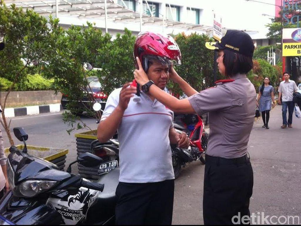 Jelang Hut Bhayangkara, PTIK Bagi-bagi Helm Gratis di Blok M