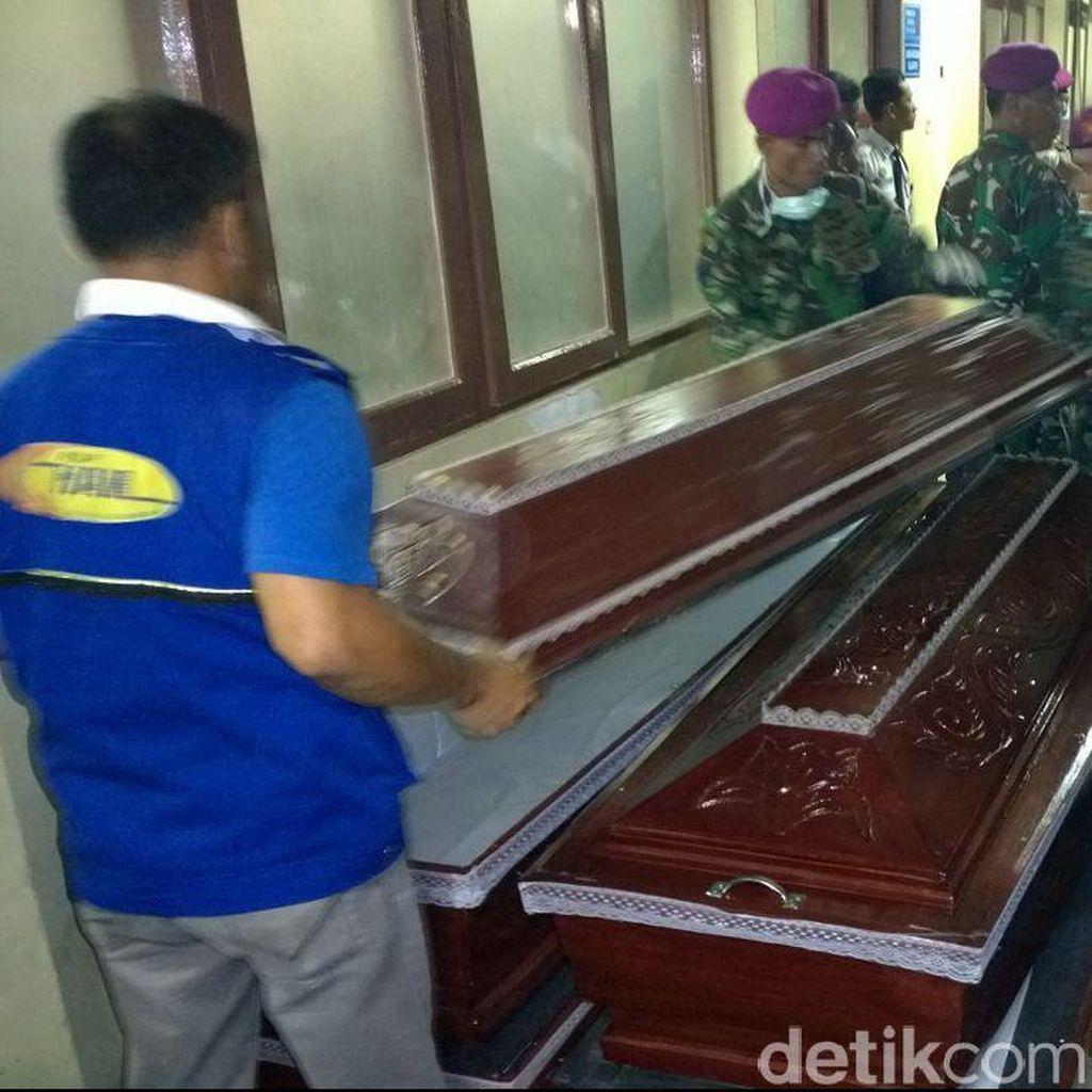 Petugas Mulai Siapkan Peti Jenazah Korban Hercules di RS Adam Malik