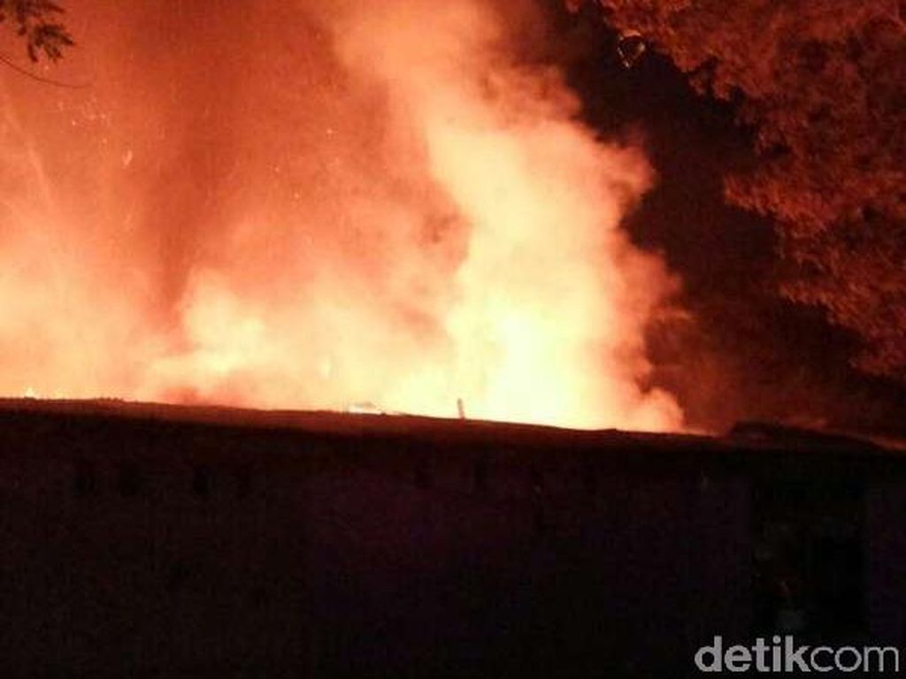 Kebakaran Landa Tempat Pembuangan Limbah Kardus di Kabupaten Tangerang