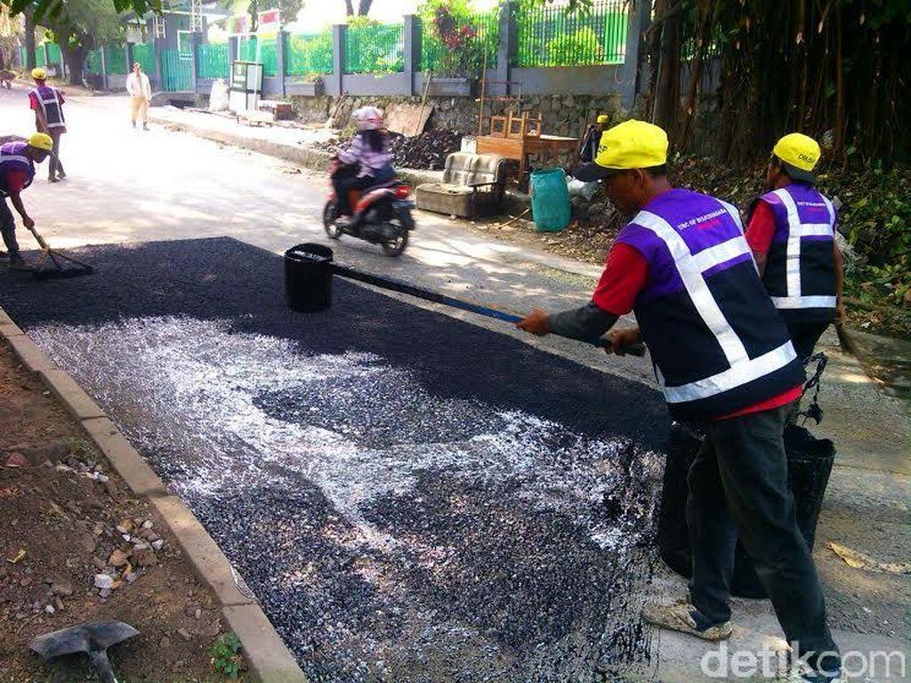 Cerita Pahlawan Jalan Rusak di Bandung