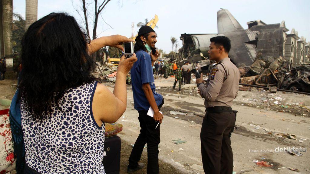 Banyak Warga yang Ingin Dekat ke Lokasi Hercules Jatuh untuk Foto-foto